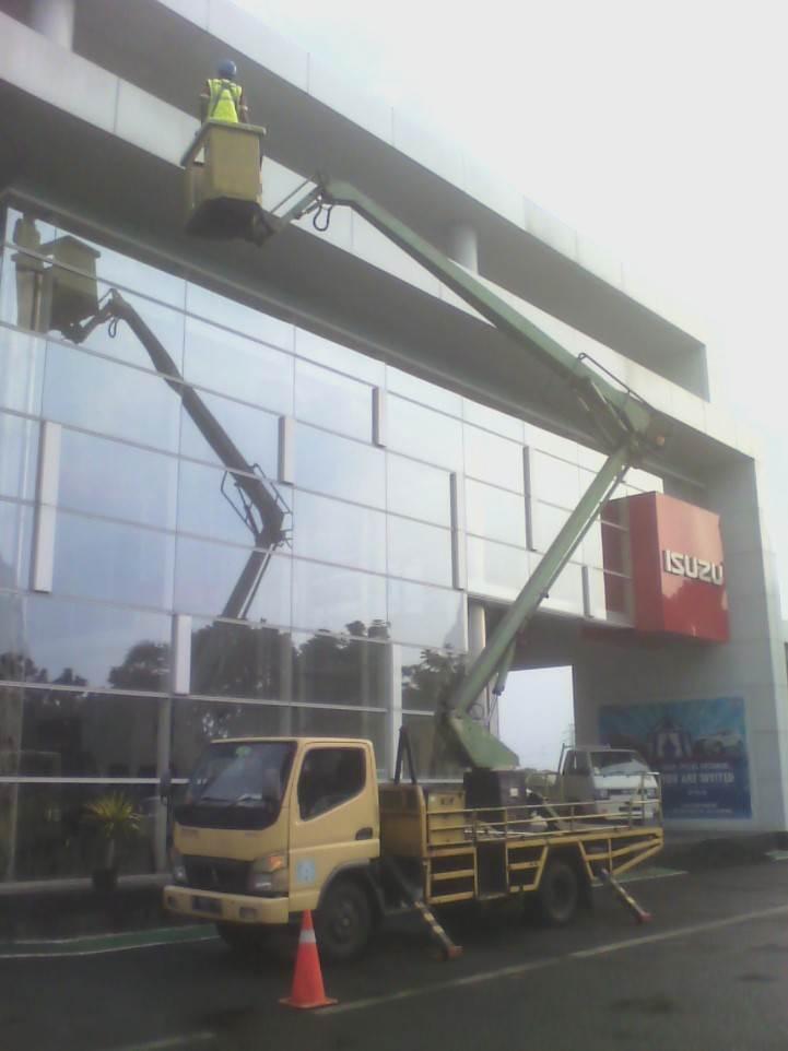 Perusahaan jasa cleaning service pembersih kaca jasa bersih kaca gedung bandung jakarta depok bogor tangerang bekasi cikarang